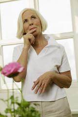 Senior Frau mit Finger auf den Lippen, Wegschauen, Porträt
