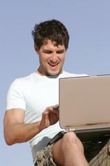 Mann mit Laptop,