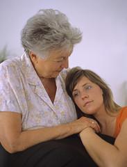 Seniorin, ältere Frau, Oma sitzt uisammen mit Enkelin