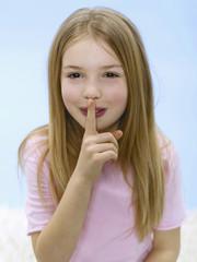 Mädchen, Finger am Mund, Portrait