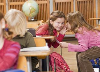 Mädchen sprechen in der Klasse