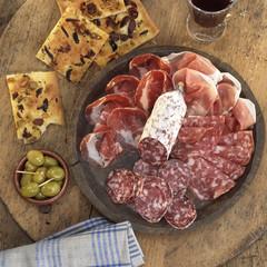 Salami und Schinken mit Oliven und Foccaccia