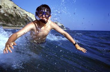 Korfu, Griechenland, Tauchen, Junge am Strand Gardenos