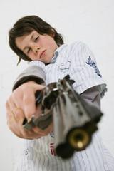 Junge zielt mit einer Pistole