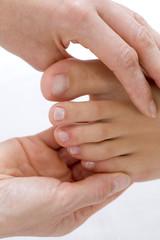 Frau bekommen Fußmassage