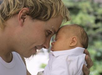 Junger Vater mit Baby