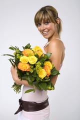 Frau jung halten Strauß gelber Rosen