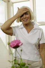 Frau, Seniorin mit Kopf in den Händen, Lächeln, Portrait