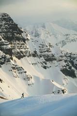 Österreich, Kleinwalsertal, MannSkifahren in den Alpen
