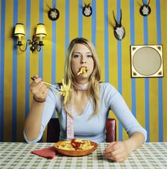 Junge Frau isst Pommes Frites