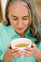 Frau, Seniorin mit Tasse Tee, Portrait, close-up