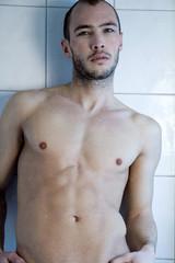 Junger Mann in der Dusche