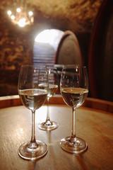 Weißwein in Gläser auf Weinfass