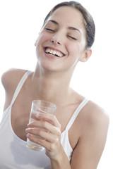 Frau jung mit Glas Wasser, die Augen geschlossen, lächeln, close-up
