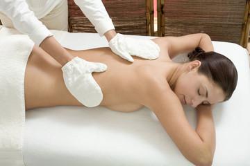 Frau jung, die Massage, die Augen geschlossen,