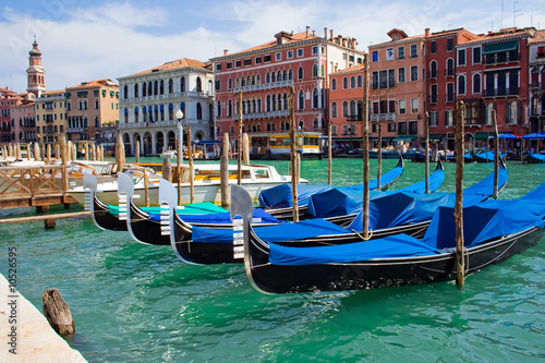 Tuinposter Kanaal beautiful gondolas anchored in Venice, Italy