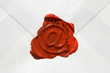 Leerer Briefumschlag mit E-Mail Zeichen als Siegel