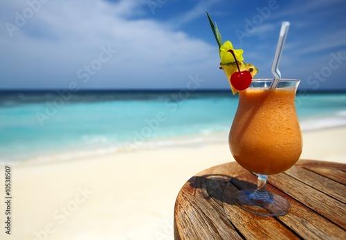 Bocal owocowy koktajl na stole plaży