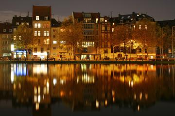 Gebäude nachts