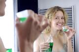 Fototapety Giovane donna prende un colluttorio