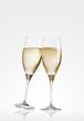 zwei champagner gläser glas stehen stossen an