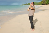 Homme sur la plage les mains jointes poster