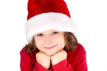Kind mit Weihnachtsmütze lächelnd closeup