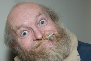 alter Raucher mit grossen Augen und Vollbart
