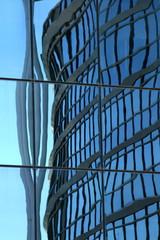 immeuble vitré bleu