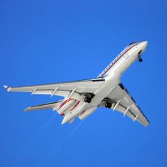 Flugzeug vor strahlend blauem Himmel
