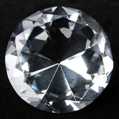Round brilliant diamond over black velvet