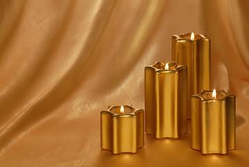 Hintergrund mit vier goldenen Kerzen