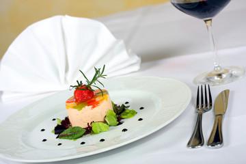 ziegenkäse mit paprika und salat