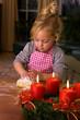 Kind zu Weihnachten im Advent beim Plätzchen backen