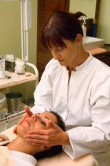 Frau bei einer Gesichtsmassage