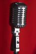 Micrófono y cortina roja