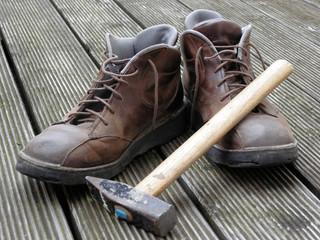 Arbeitsschuhe mit Hammer