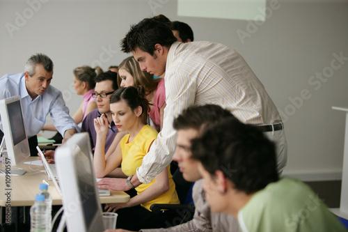 Jeunes adultes en formation comerciale - 10990557