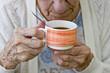 grand mère boit son café