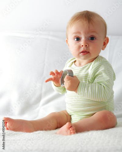 quot bebe assis tiens dans ses mains un truc quot photo libre de droits sur la banque d images fotolia