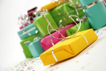Cadeau jaune au milieu des autres - noël ou anniversaire