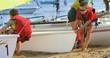 enfants rangeant les catamarans