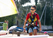 enfant se dirigeant vers son catamaran