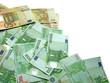 des billets de 50 et de 100 euros sur fond blanc