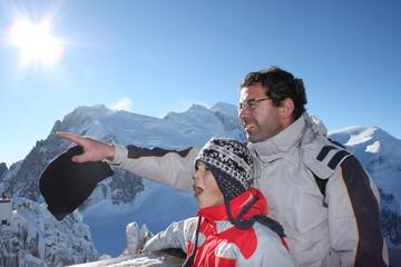 le père montre la beauté du paysage à son fils