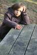 fillette contrariée sur la table de pique-nique