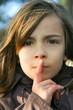 portrait d'une fillette demandant de se taire