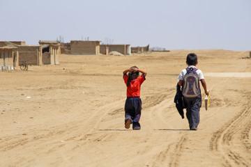 Schulkinder in Wüstendorf, Peru