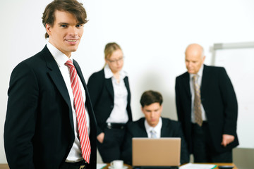 Business Team bei der Arbeit - Potrtät