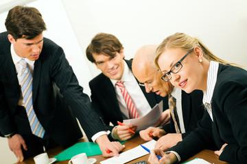 Vier Geschäftsleute im Teammeeting